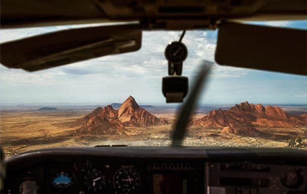 Mellan topparna på Spitzkoppe kan man bara flyga i en liten Cessna.